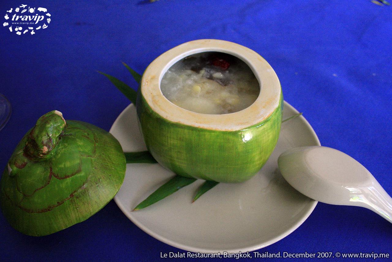 Chè được để trong chén hình trái dừa.