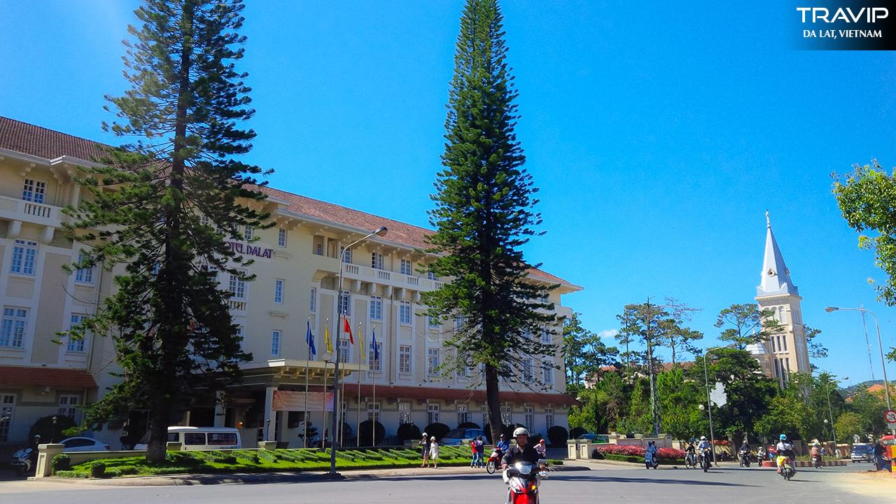 Mặt trước khách sạn Du Parc, một khoảng không gian thoáng đãng, sạch sẽ và gọn gàng.