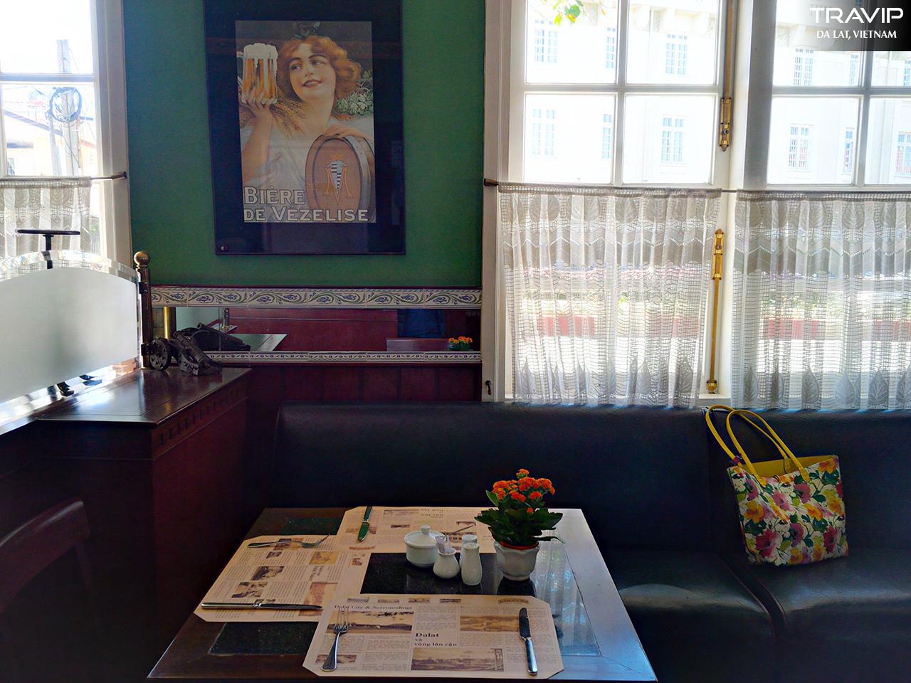 Một góc tĩnh lặng bên trong Le Cafe De La Poste.