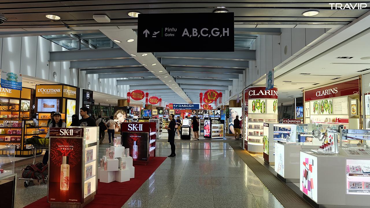 Sảnh nội địa của sân bay Kuala Lumpur. Nhiều gian hàng bán đồ nhưng ít hàng quán ăn uống.