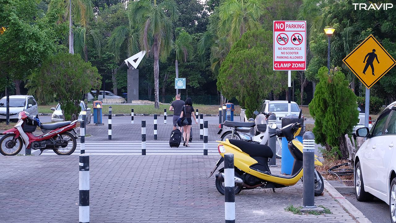 Bên ngoài sân bay Langkawi. Biển báo cấm đậu xe máy mà xe máy đậu vô tư hihi. Dù sao thì Langkawi cũng vắng nên không vấn đề gì với vài chiếc xe máy đậu sai chỗ.