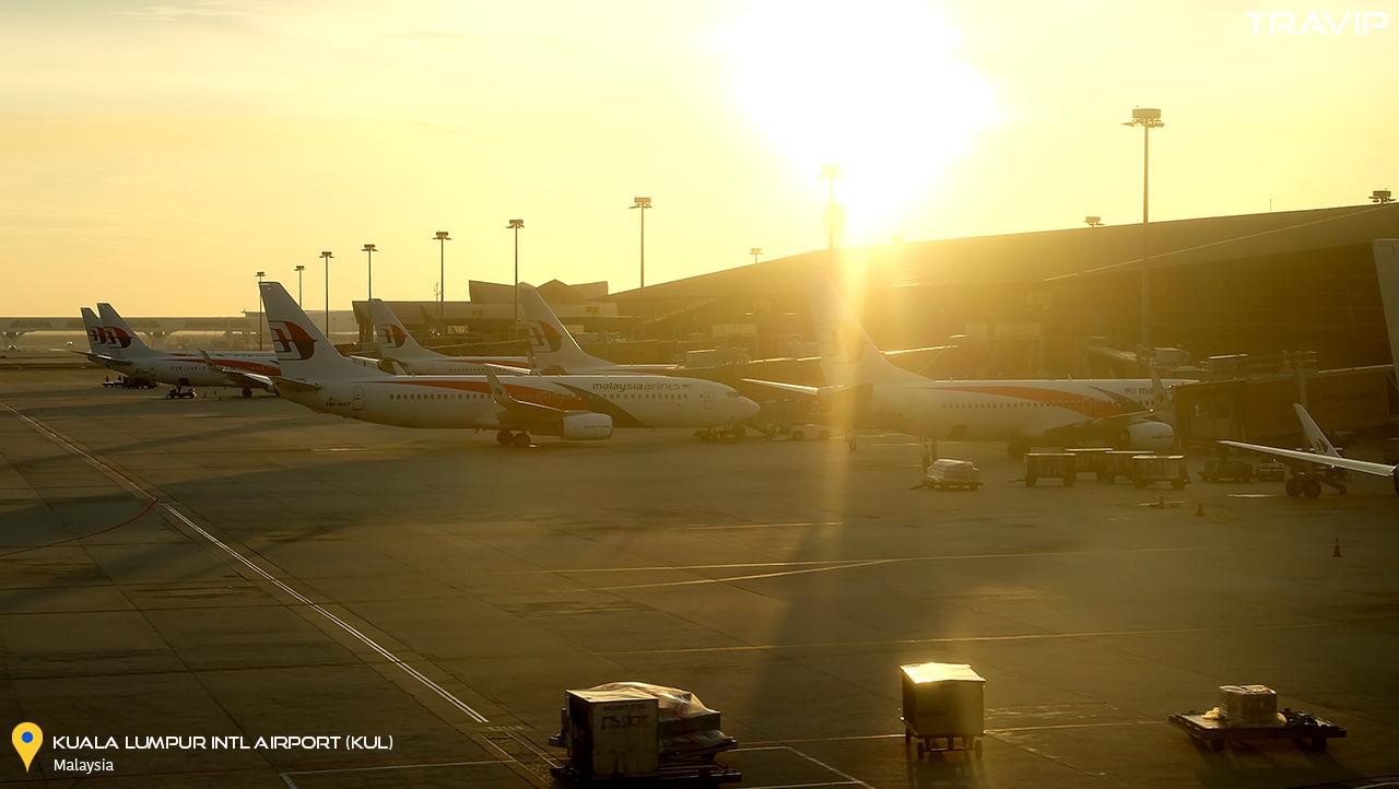 Đã gần 7 giờ tối nhưng mặt trời vẫn chưa khuất dạng ở sân bay Kuala Lumpur.
