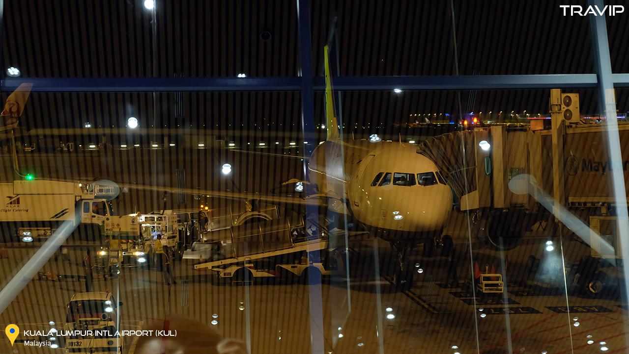 Giờ lên máy bay đã tới. Chiếc Airbus A320 sharket mới cáu của Royal Brunei Air đã sẵn sàng.