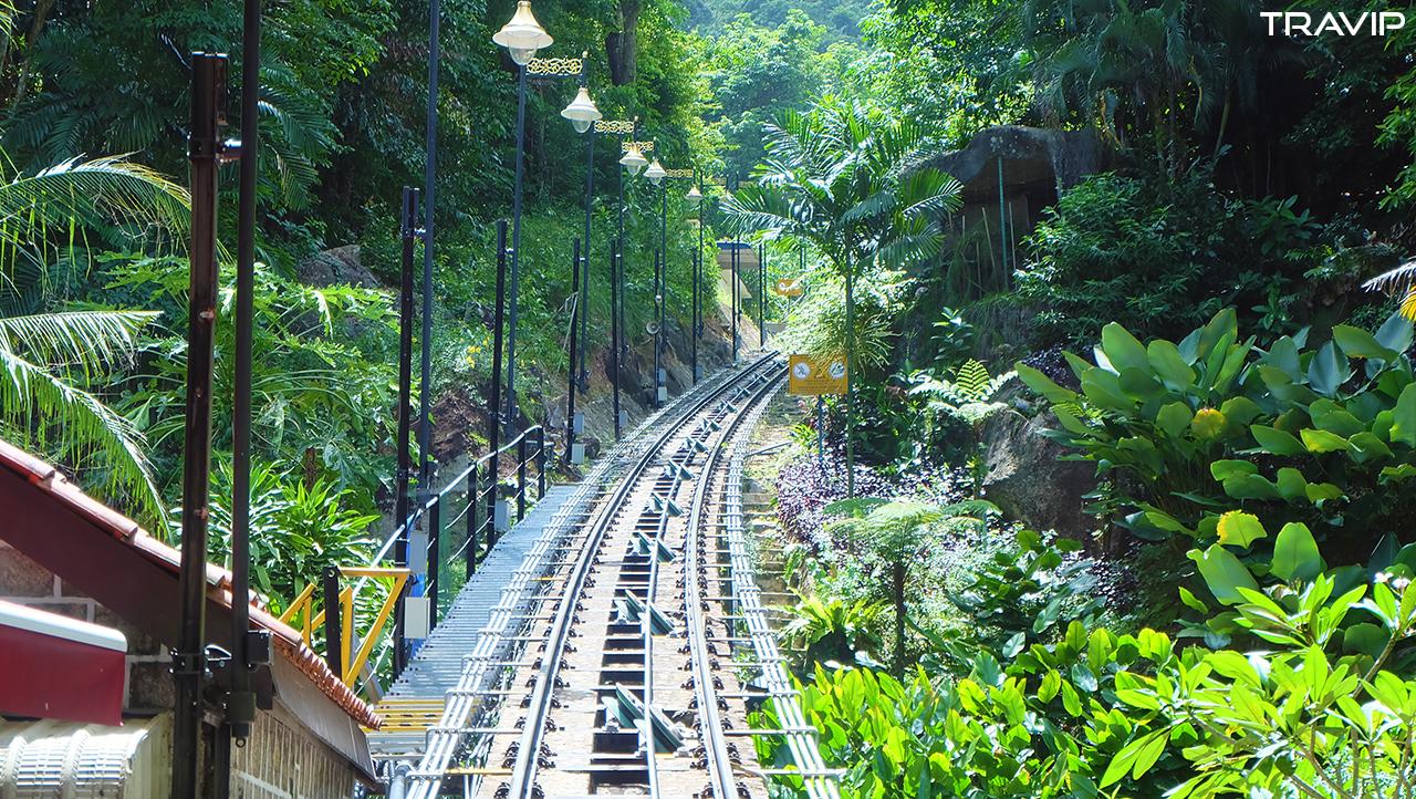 Đường ray của tàu nghiêng lên đồi Penang.