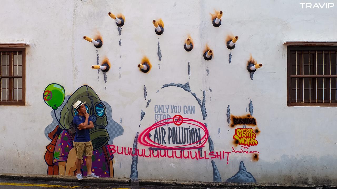 Bức tranh tường mới đã bị ai đó vẽ bậy lên.